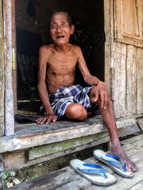 Senyum lepas kakek yang saat ini tinggal sendirian dibekas poskamling