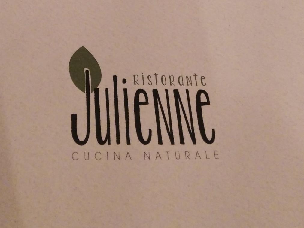 a modena in una laterale della via emilia si trova un piccolo ristorante di nome julienne cucina naturale julienne non il solito ristorante