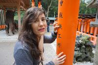 Pili tocando relieve de letras japonesas - Kanji-