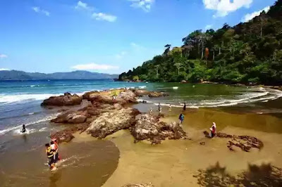Banyuwangi tak hanya punya pantai sukamade, ataupun teluk hijau yang tampak bagai surga tersembunyi, namun masih ada banyak wisata keren lainnya yang tak kalah indah salah satunya merupakan pantai rajegwesi yang terletak diantara lokasi kedua tempat indah tersebut.   Ya, Pantai Rajegwesi merupakan suatu pantai indah yang terletak di Desa Sarongan, Pesanggaran, Banyuwangi, Jawa Timur. Pantai Rajegwesi ini juga merupakan pintu gerbang pertama untuk memasuki kawasan Taman Nasional Meru Betiri di Banyuwangi.