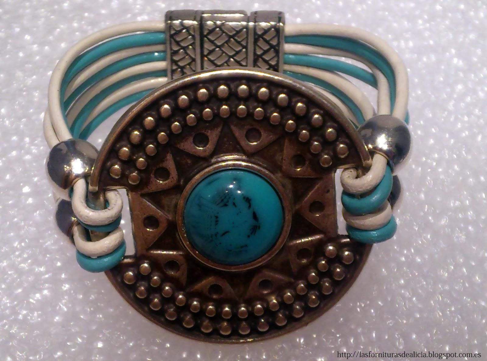 f0d853868ce1 DESCRIPCIÓN  Pulsera realizada con cuero en tonalidades blanco y turquesa  con entrepieza inca de Zamak  con piedra turquesa