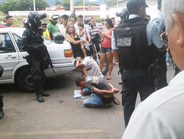 Dupla é presa após assalto em Sobral; População tentou linchá-los