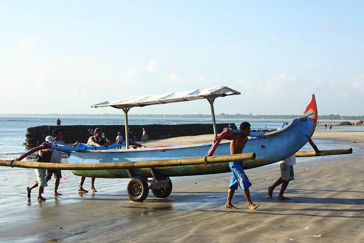 해변으로 올라오는 고기잡이 배