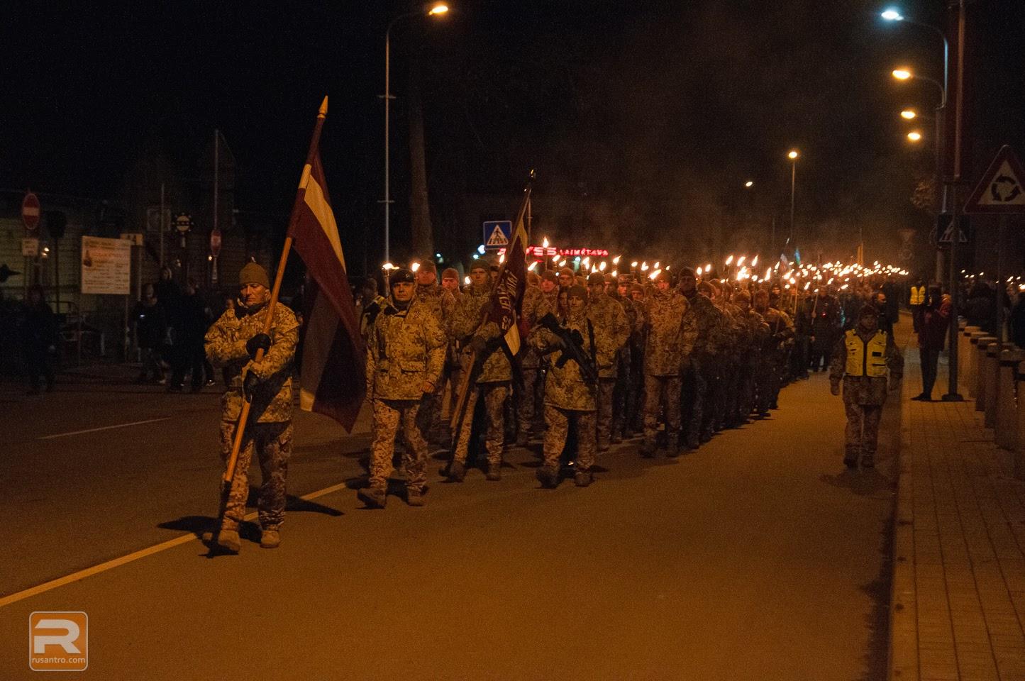 Zemessargi vada lāpu gājienu uz Jelgavas stacijas laukumu