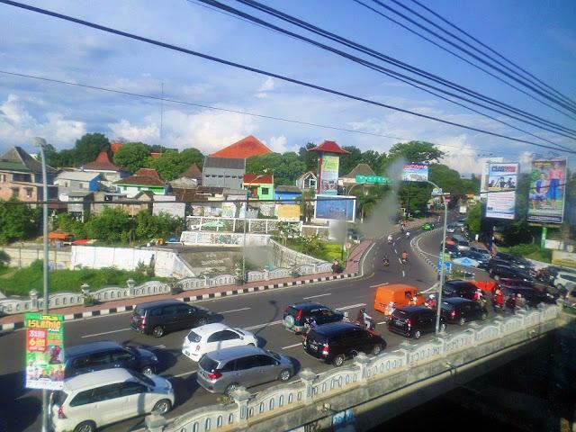 pemandangan kota yogyakarta dari kereta api