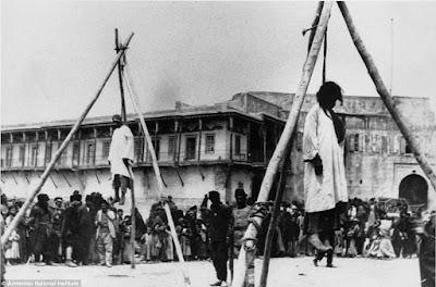 Κρεμασμένοι Αρμένιοι στους δρόμους της Κπολης, λίγο πριν ξεκινήσουν οι εκτοπίσεις
