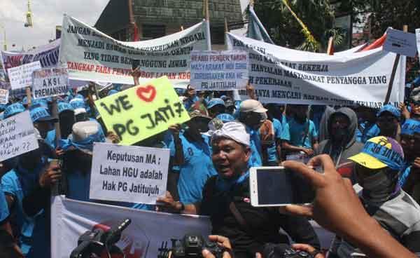 karyawan pg rajawali demo di pendopo indramayu