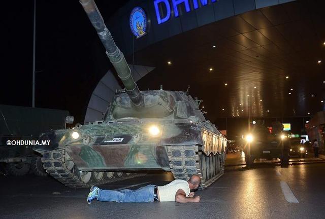 Kisah Lelaki Berbaring Depan Kereta Kebal Di Malam Cubaan Rampasan Kuasa Turki