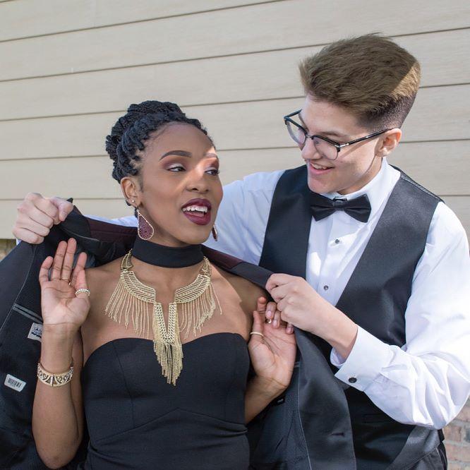 Jovem transexual é o primeiro rei do baile de sua escola