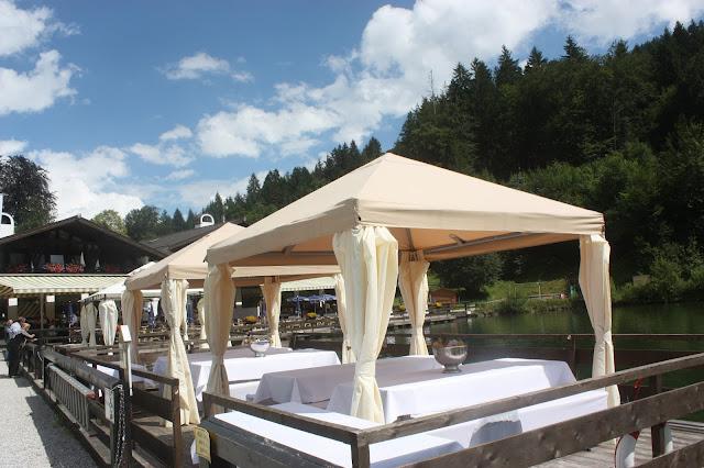 Flossfahrt auf dem Riessersee - Vintage-Hochzeit im Sommer im Riessersee Hotel Garmisch-Partenkirchen, Bayern - Vintage wedding in Germany, Bavaria, lake & mountains