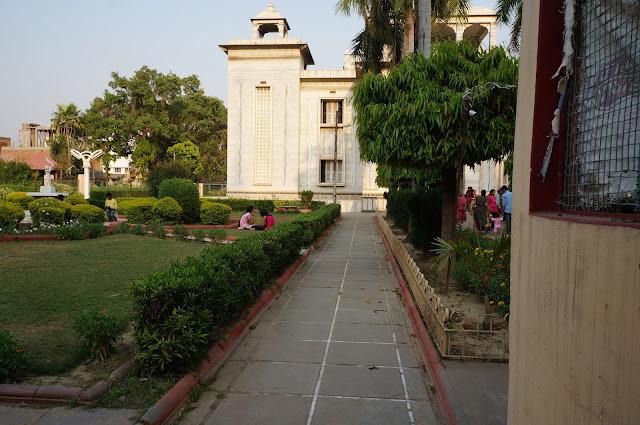 Jalan sempit menuju kuil Durga di Varanasi