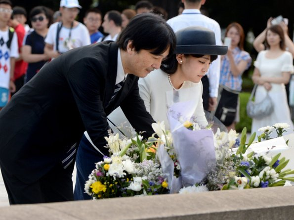 Prince Akishino and Princess Mako at cenotaph at the Hiroshima Peace Memorial Park, Princess Mako of Akishino, Princess Kako of Akishino, Prince Hisahito of Akishino