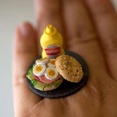Anillo con una hamburguesa con huevos cocidos