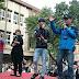 Aaron Yan aparece en frente de la Asamblea Legislativa para mostrar su apoyo para el matrimonio del mismo sexo.