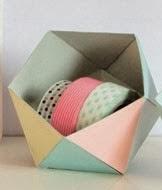 http://un-mundo-manualidades.blogspot.com.es/2014/01/cajita-de-papel-origami-facil.html