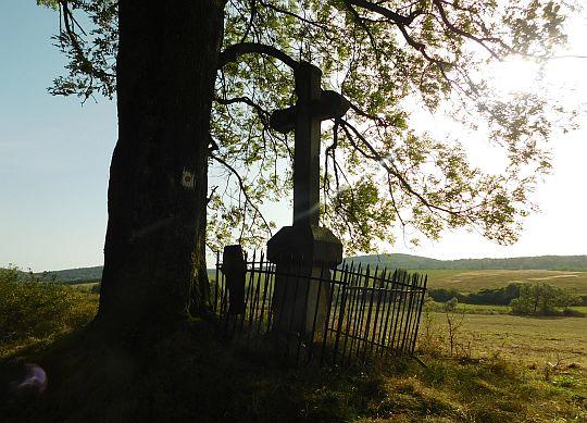 Krzyż po zachodniej stronie drogi.