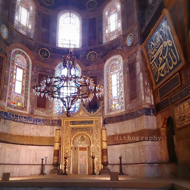 Hagia Sophia Museum ini berhadapan dengan Blue Mosque Hagia Sophia [Turki] - Sebuah Renungan