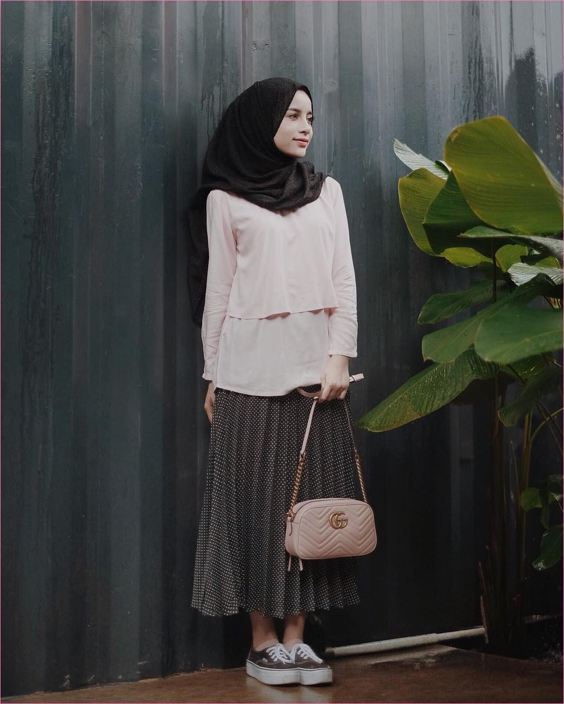 Outfit Rok Untuk Hijabers Ala Selebgram 2018 kets sneakers coklat tua putih hijab pashmina diamond hitam top blouse krem slingbags pink muda gucci broomstick skirt polkadot abu tua ootd trendy