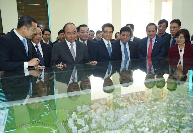 Thủ tướng xem sa bàn khu công nghệ cao Hòa Lạc