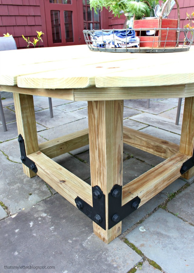 that 39 s my letter diy round outdoor dining table with outdoor accents. Black Bedroom Furniture Sets. Home Design Ideas