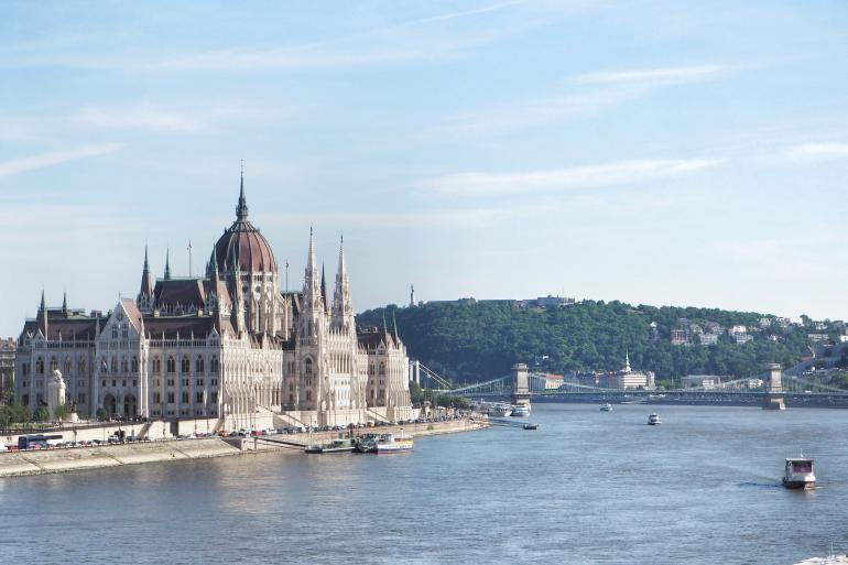 Vue sur le parlement hongrois et le Danube
