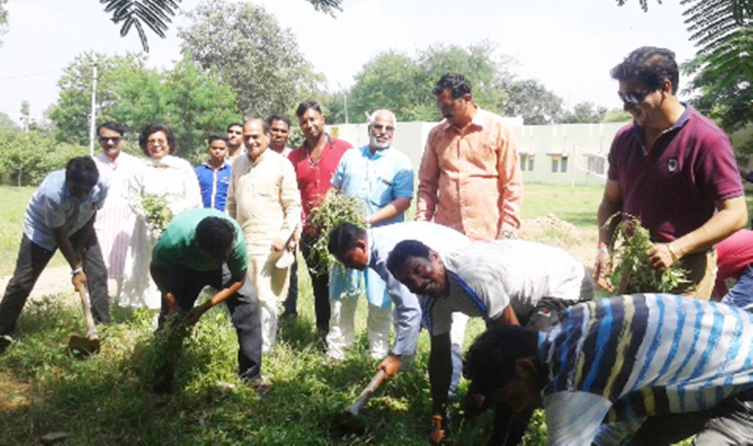 गांधी जयंती पर भाजपा सहित सामाजिक संगठनों ने की छात्रावास परिसर की साफ़ सफाई-Cleanliness-of-hostel-premises-of-social-organizations-including-BJP-on-Gandhi-Jayanti