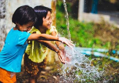 Manfaat Anak Bermain Hujan-hujanan