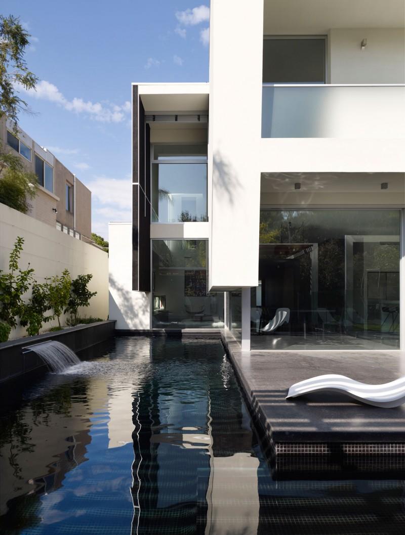 Hogares frescos casa moderna de dos pisos con piscina externa for Pisos para terrazas interiores