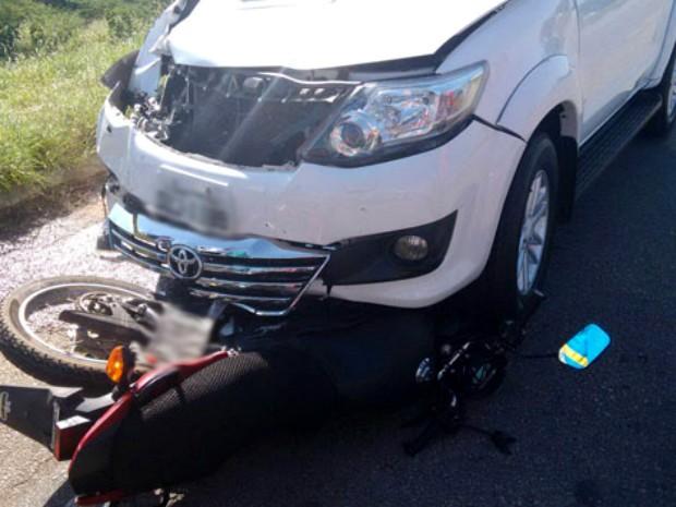 Colisão entre moto e caminhonete deixa dois mortos em Brumado (Foto: Lay Amorim/Brumado Notícias)