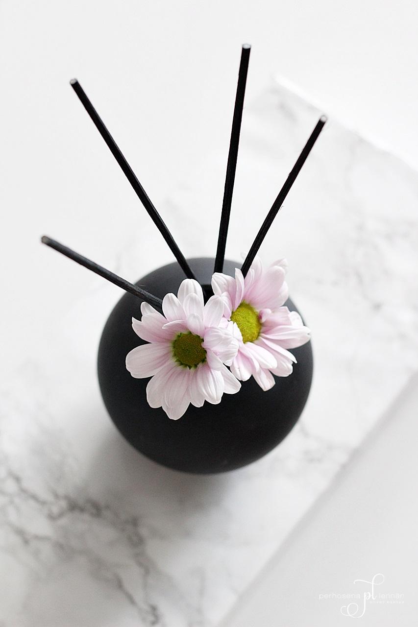 huonetuoksu home parfume musta maljakko black vase krysanteemit flowers