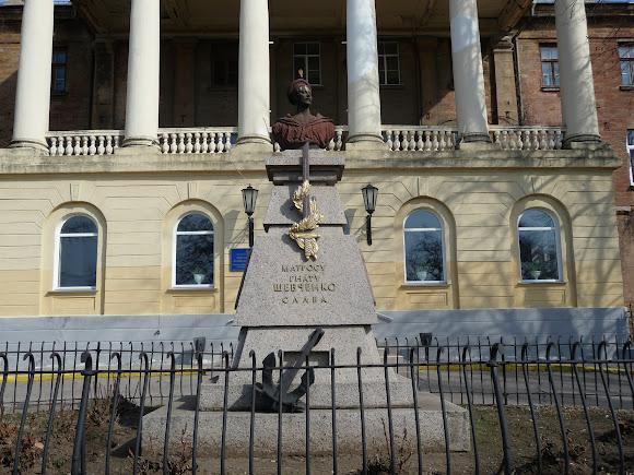 Николаев. Памятник матросу Игнату Шевченко возле строительного коледжа