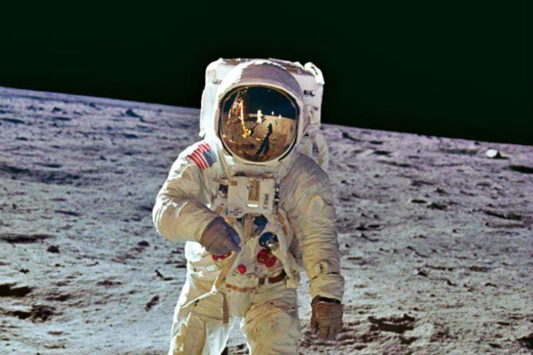 Modül pilotu Michael Collins'te Ay yüzeyindeki bu ışık parlamalarını doğrulamıştır.