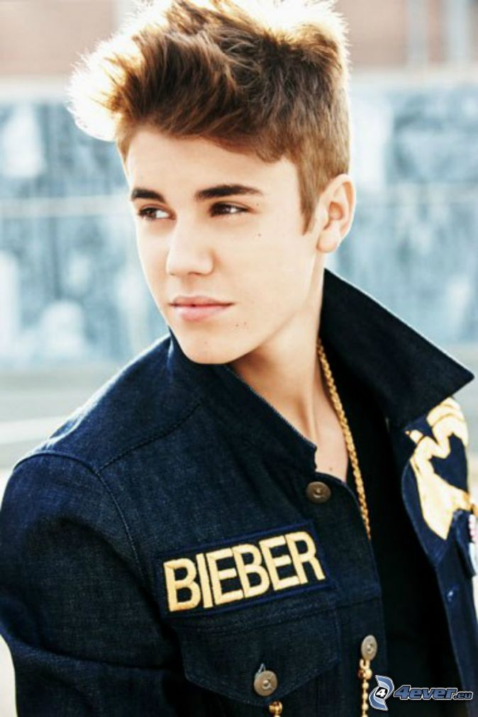 Picture of Justin Bieber with short hair and spiked Shaggy hairstyle
