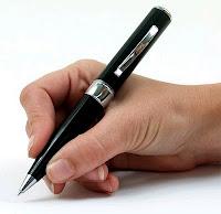 mano che scrive con penna