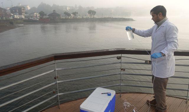 Dr. Daniel Medina en el inicio de la toma de muestras en el Lago Llanquihue