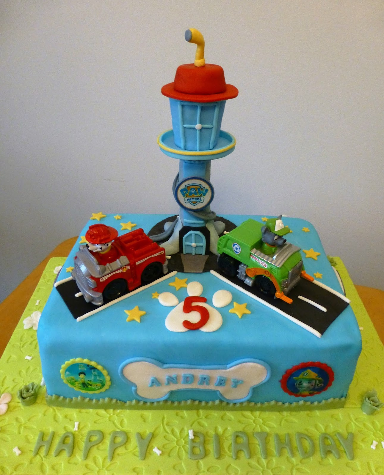 CakeSophia Paw patrol cake and cookies