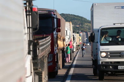 Caminhões parado no acostamento
