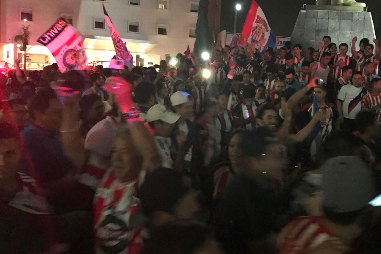 Cientos de aficionados rojiblancos celebraron el campeonato de Chivas.