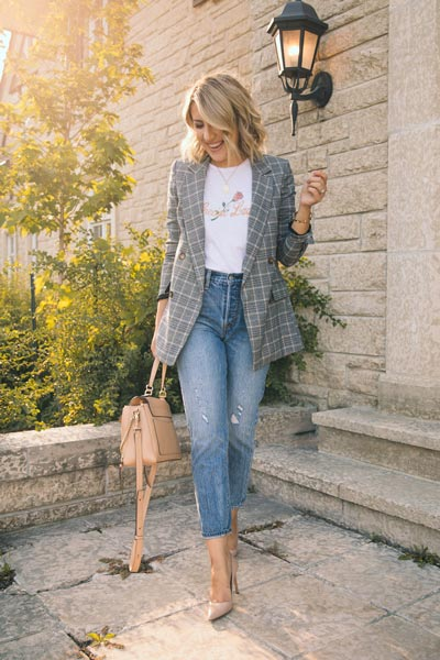 17 Fall Outfit Inspo That Will Make You Love This Season | Tee + Double-Breasted Jacket + Levi's Wedgie Jeans