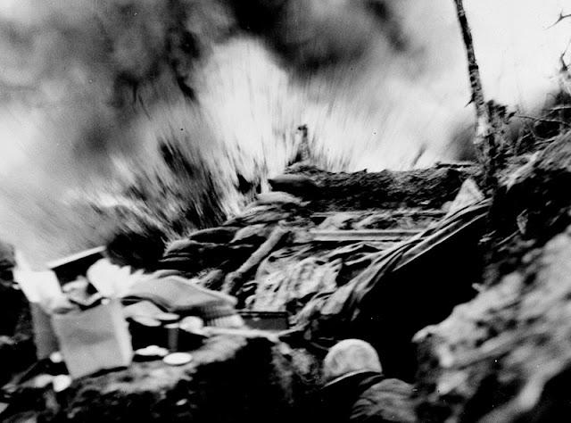 Una trinchera sufriendo un ataque de mortero
