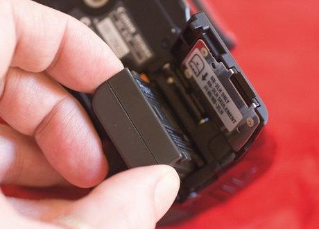 Pin và sạc kèm theo dành cho khách hàng dùng dịch vụ cho thuê máy ảnh