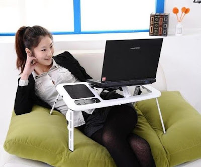 Tips Jika Kamu Ingin Memakai Laptop di Atas Kasur
