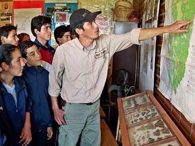 Foto de un guía con alumnos por el Día Mundial de la Educación