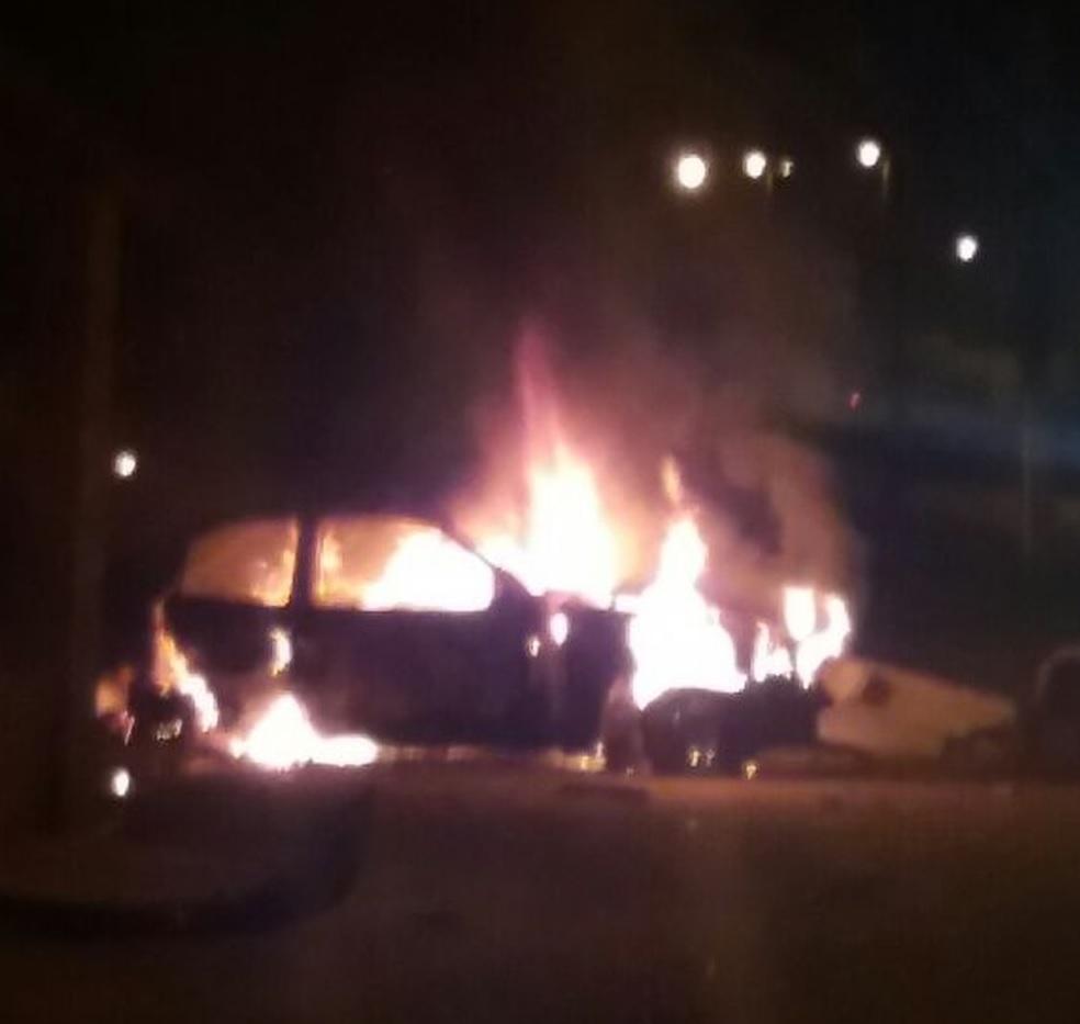 Homem morre carbonizado após bater carro em poste em São Luis