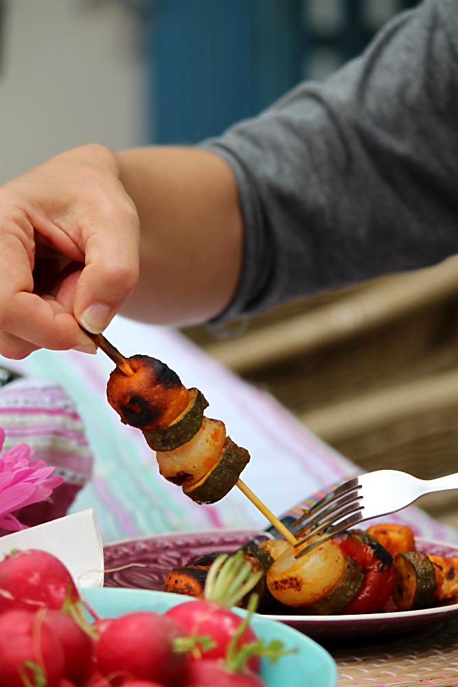 Gemüsespieß Ratatouille, gegrillt. Vegetarisch und vegan grillen mit den Köstlichkeiten aus der Vegithek von EDEKA  | Arthurs Tochter kocht. von Astrid Paul