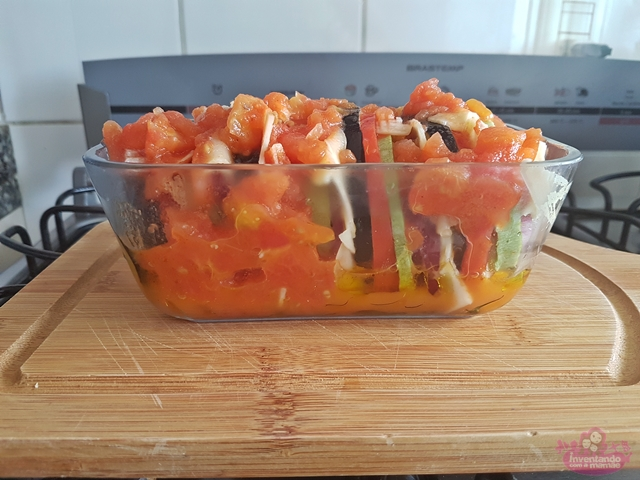 Receita de Gratinado de Berinjela, Abobrinha, Tomate e Cebola Roxa simples e rápido de fazer