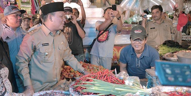Wakil Bupati Karawang H. Ahmad Zamakhsyari, S.Ag berdialog dengan pedagang.