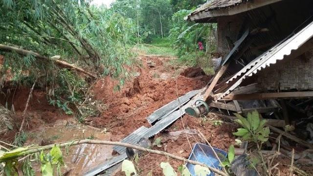 Hujan Deras Akibatkan Longsor yang Merusak 5 Rumah di Ciamis