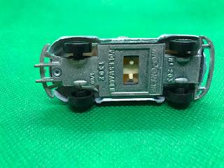 フォルクススワーゲン ビートル1302 のおんぼろミニカーを側面から撮影