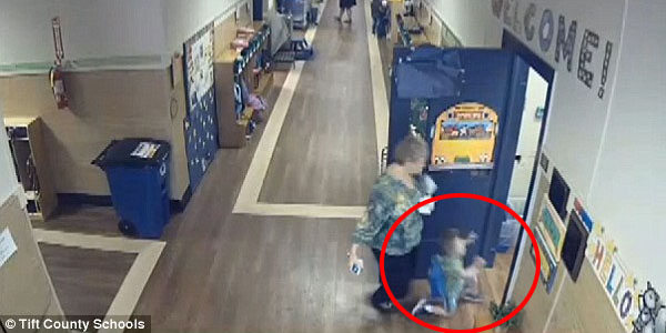 Heureusement, les caméras de surveillance ont filmé la scène! Un jeune élève attend devant la porte, ce que va faire sa maîtresse est ignoble!